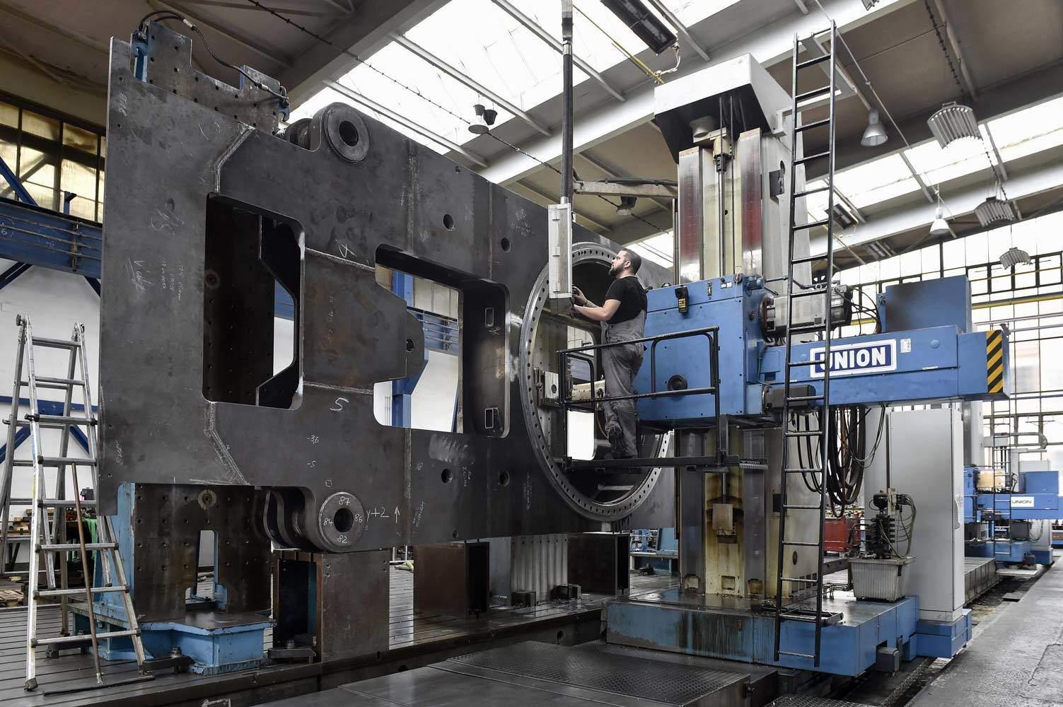 Mit der überdimensionalen Bohr- und Fräsmaschine lassen sich Stahlbauteile von 5 Metern Breite und 15 Metern Länge hochgenau bearbeiten.
