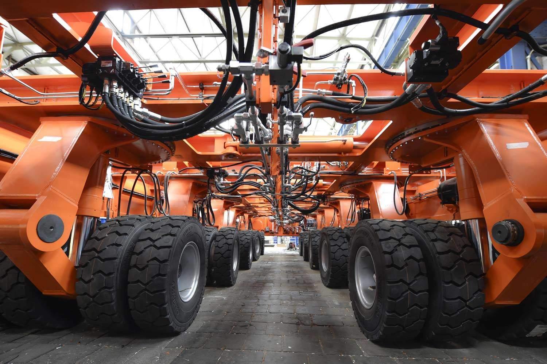 Die Drehgestelle mit den drei Antriebsachsen und den neun BPW Brems- und Laufachsen werden separat vormontiert und dann unter der Plattform parallel mit dem Dieselmotor eingebaut.